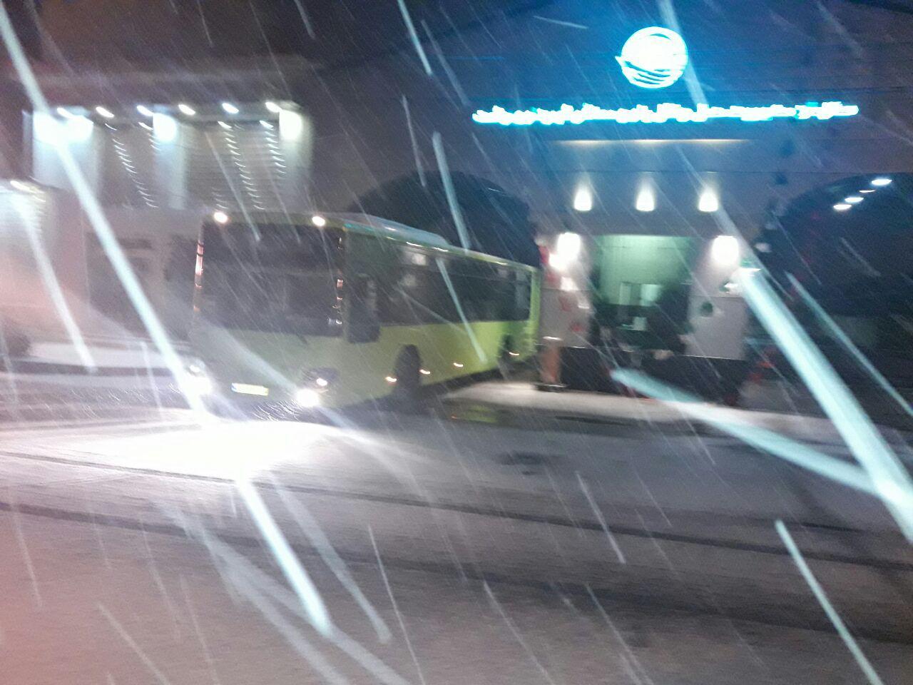 تردد اتوبوس ها در خیابان های سطح شهر برای جلوگیری از یخ زدگی جاده ها
